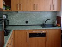 Prostorná kuchyň v panelákovém bytě