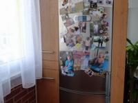 Lednice ve výklenku oddělujícím obývací pokoj