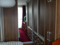 Šatní skříň v ložnici poskytuje dostatek úložného prostoru