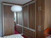 Šatní skříň v ložnici