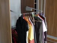Inteligentní výklopný systém usnadňuje přístup k oblečení