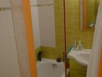 I miniaturní koupelna nabízí dostatek úložného prostoru